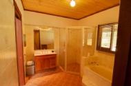 Ground floor lodge bathroom